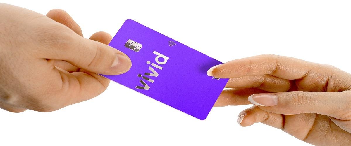 vivid_money_kreditkarte_lila_in_zwei_händen